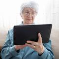 Pandémia zvýšila počet dôchodcov využívajúcich internet, až 40 % ľudí nad 65 rokov využíva internetbanking