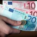 Trojka bude zrejme žiadať zníženie platov v štátnej správe