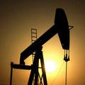 Stratég: Ropa sa prepadne na 10 dolárov za barel, kvôli revolúcii elektrických vozidiel