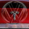Dva automobilové svety: Výzva Tesly cenu akcií Volkswagenu nezdvihne