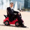 Prečo muži milujú drahé autá a značkové oblečenie