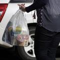 Kto by mal zaplatiť za nákupné tašky, maloobchodník alebo kupujúci?
