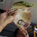 Venezuela takmer strojnásobila minimálnu mzdu, ale nestačí ani na kúpu kila mäsa