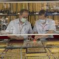Vysvetlenie na päť grafov: Prečo ceny zlata stúpajú aklesajú
