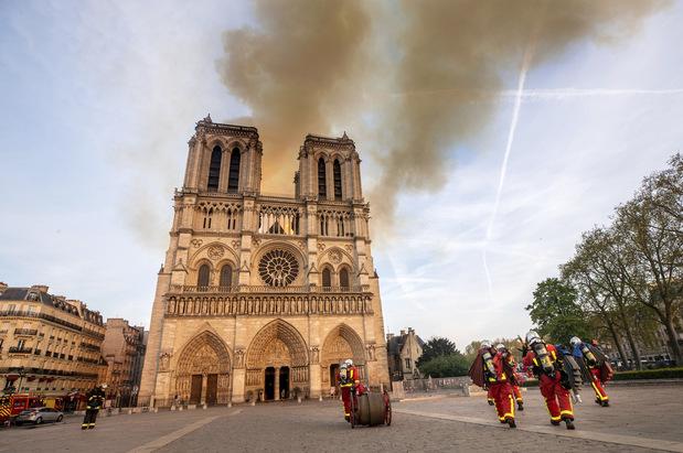 Finančné dary na obnovu Notre Dame, od luxusných firiem po ropné spoločnosti
