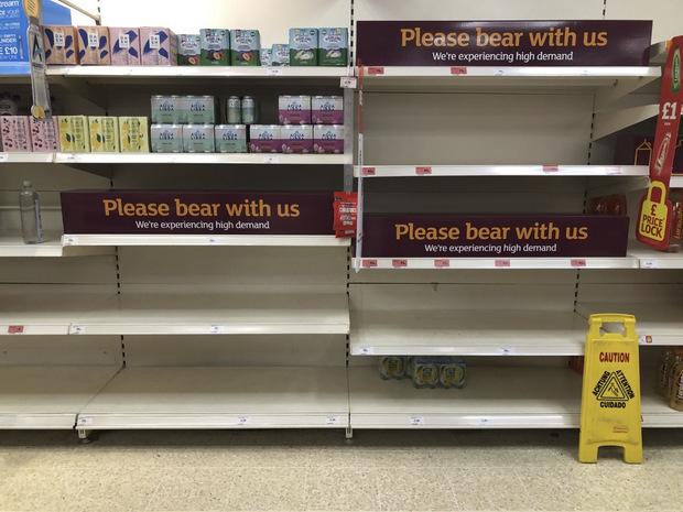 Pingdémia: V Británii je stále viac ľudí v karanténe, rastú obavy z nedostatku potravín