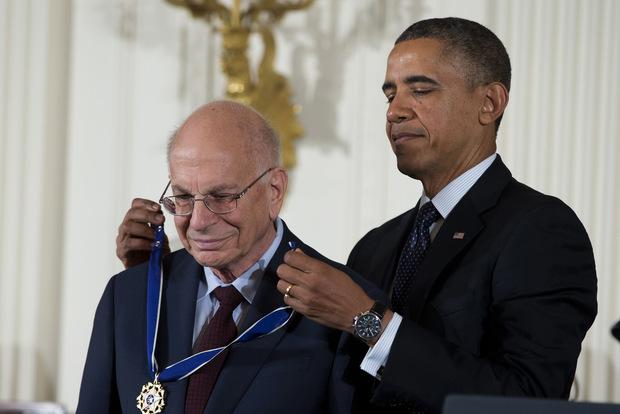 Nikdy neobanovať: Návod laureáta Nobelovej ceny, ako si správne zvoliť stratégiu investovania