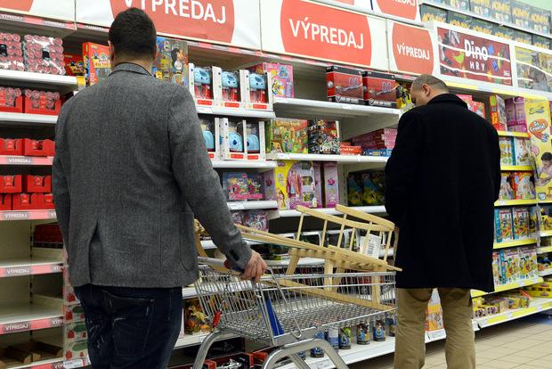 Zbytočné výdavky: Slováci najviac míňajú na nealko a potraviny