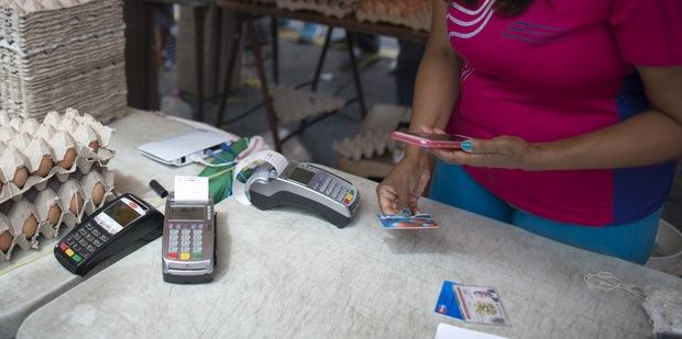 Vyšší stupeň ochrany pri platbách kartou vás môže pri termináloch zaskočiť