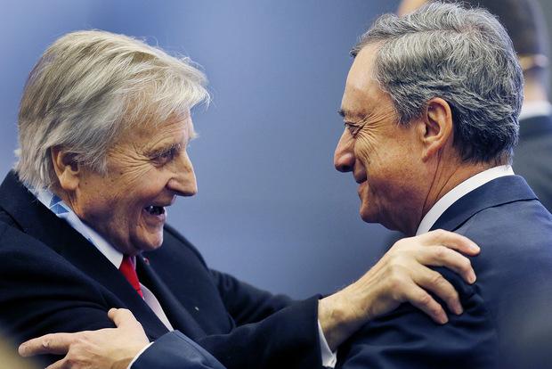 Bývaký šéfovia Európskej centrálnej banky, Jean–Claude Trichet vľavo a Mario Draghi