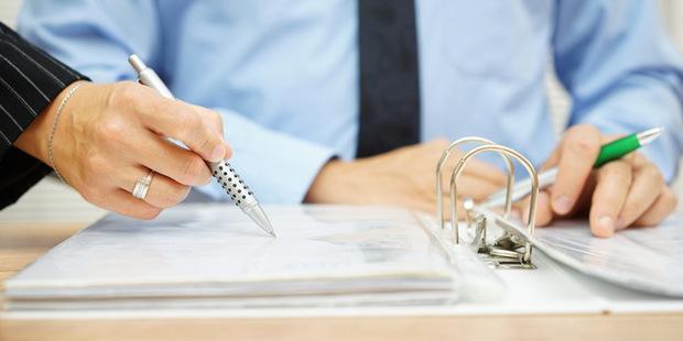 Buďte v strehu: 6 spôsobov, ako podvodníci ovplyvňujú neskúsených investorov
