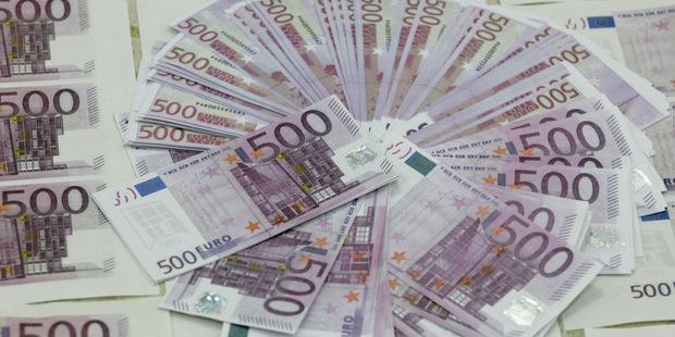 Záporné sadzby tlačia sporiteľov do hotovosti: Ruky preč od  500 eurových bankoviek!