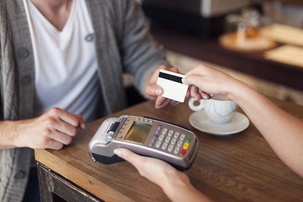 Dovolenka bez finančných problémov: Trojkombinácia kreditná karta, debetná karta, hotovosť