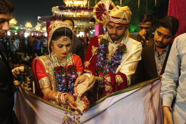 Aj na svadbe sa dá zarobiť: Startup predáva turistom pozvánku na hostinu