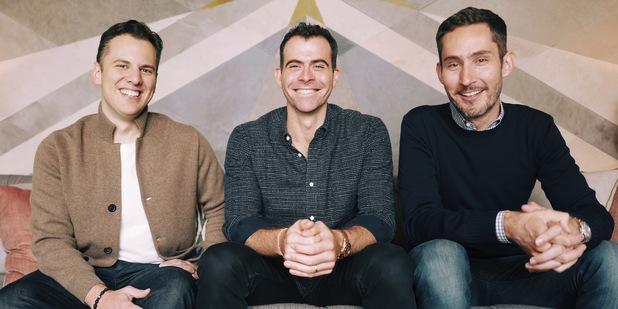 Adam Mosseri (v strede) Kevin Systrom (vpravo), Mike Krieger (vľavo)