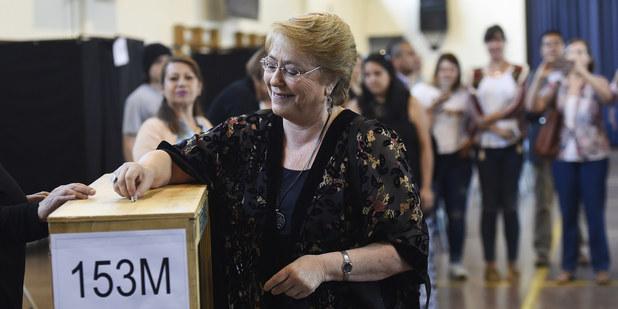 Čílska prezidentka Michelle Bacheletová počas hlasovania v prezidentských a parlamentných voľbách 19. novembra 2017 v čilskom Santiagu.