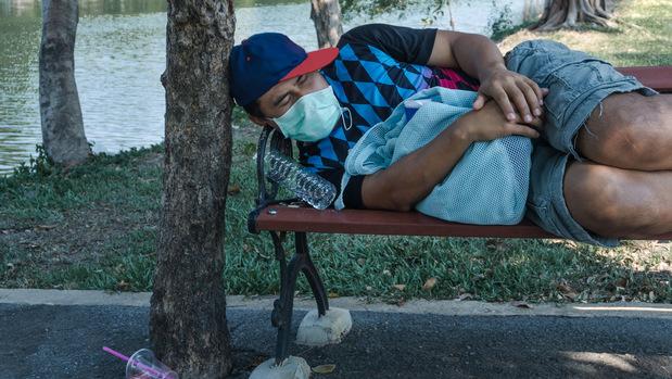 Ak chcete ľuďom pomôcť dostať sa z chudoby, neplaťte im za sedenie na gauči