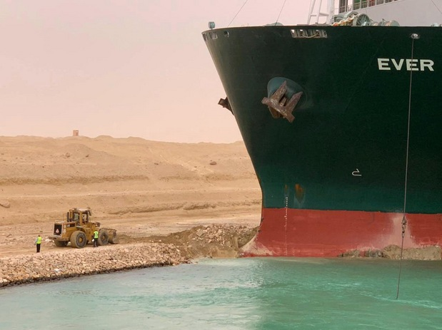 Suezsky prieplav blokuje obrovský kolos