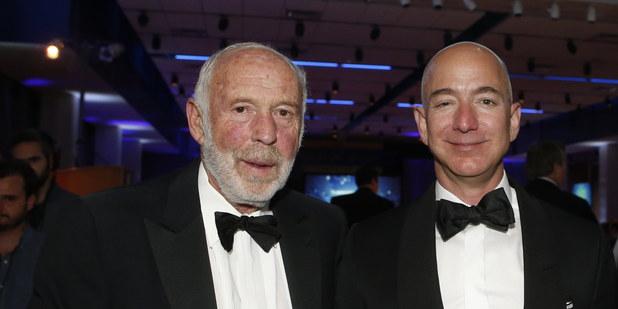 Zľava James Simons a Jeff Bezos