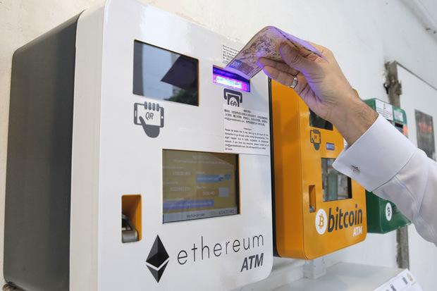 Používame čoraz menej hotovosti, centrálne banky sa preto uberajú k digitálnym menám