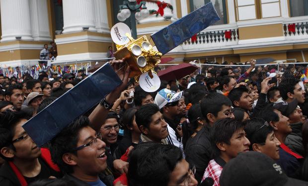 Prenos zo štartu čínskej rakety s prvou bolívijskou telekomunikačnou družicou 20. decembra 2013 v La Paze.