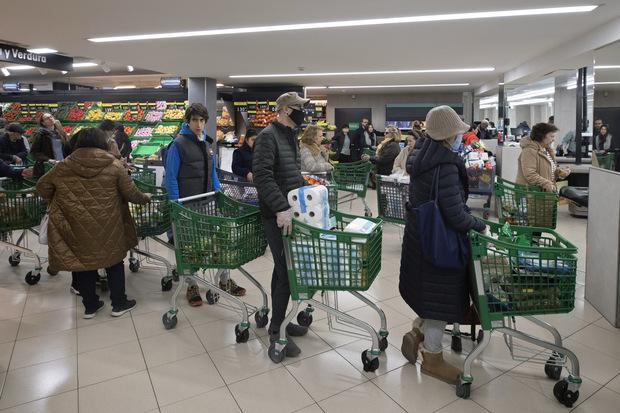 Koronavírus: Prečo ľudia vpanike nakupujú arobia si zásoby