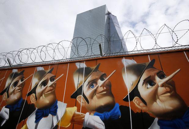 Záporné sadzby na vkladoch: Nabitá zbraň ECB môže vypáliť aj opačne