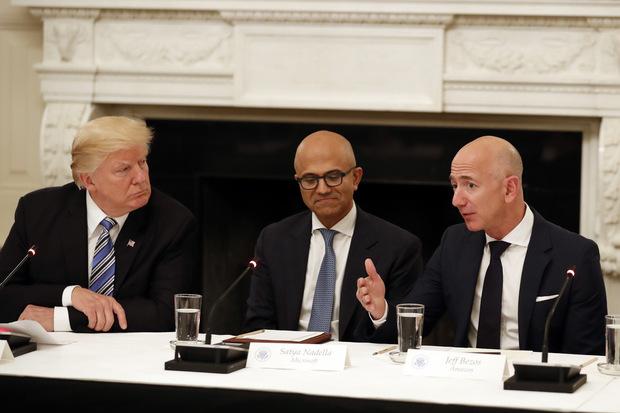 Prezident Donald Trump, Satya Nadella šéf Microsoftu a Jeff Bezos, CEO Amazonu