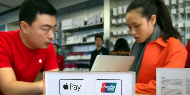 Fotka, komentár aj platba: Sociálne siete nahrádzajú banky