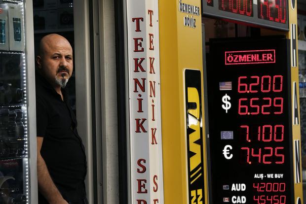 Škaredé vyjadrenia o prepade meny: Stovky účtov v sociálnych médiách pod dohľadom
