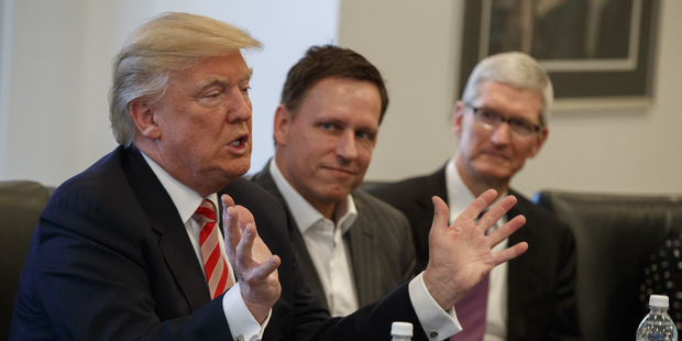 Americký prezident Donald Trump, Peter Thiel, a šéf Apple Tim Cook