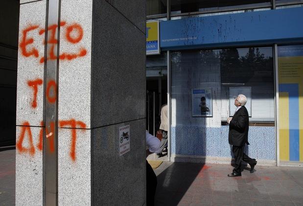 MMF preč, posprejovaný stĺp Hellenic bank v centre Atén
