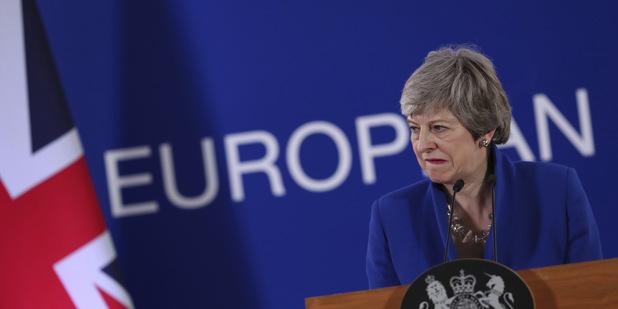 Odstúpenie Mayovej zvýšilo pravdepodobnosť brexitu bez dohody, trhy ale nepanikária