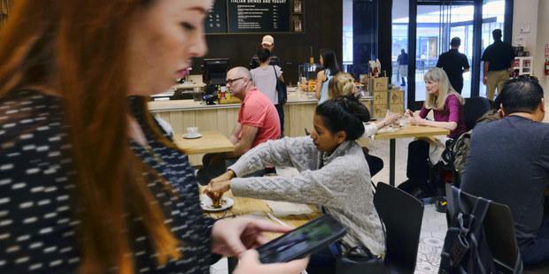Káva so sebou: Ekonómovia vysvetľujú, prečo je nutné ju viac zdaniť
