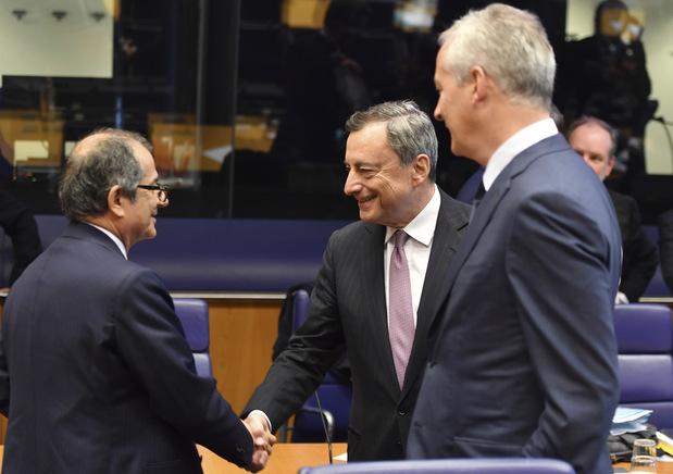 Taliansky minister financií Giovanni Tria, vľavo, a šéf Európskej centrálnej banky Mario Draghi