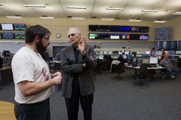 Americký herec Alan Alda v rozhovore s Herve Genoudom (vľavo), operátorom kontrolného centra