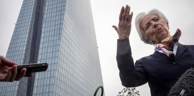 Všetko naruby: Centrálna banka už netrestá, za úvery núka odmeny