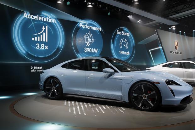 Muskovo sklamanie: Gates si kúpil Porsche namiesto Tesly
