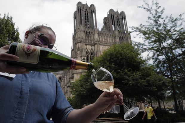 Spor o ochrannú známku: Šampanské môže byť len jedno, aj keď to napíšete v azbuke