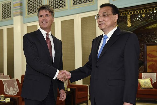 Premiér Čínskej ľudovej republiky Li Kche-čchiang a Harald Kruger, šéf a predseda predstavenstva BMW